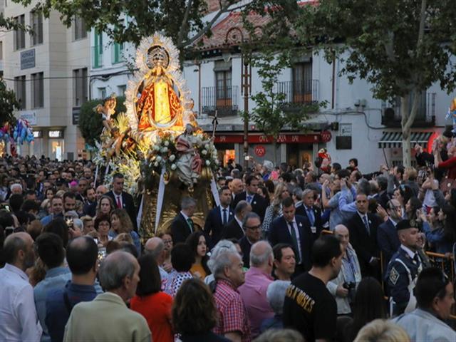 La tradicional bajada de La Virgen de los Ángeles da comienzo a las fiestas patronales de Getafe