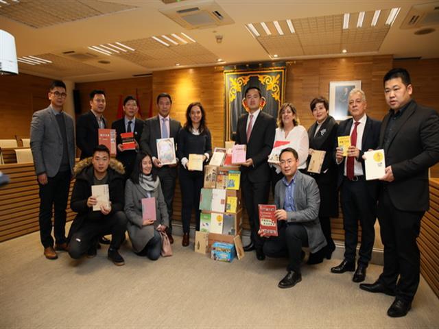 La Asociación de Chinos en España entrega 103 libros sobre su cultura al Ayuntamiento de Getafe