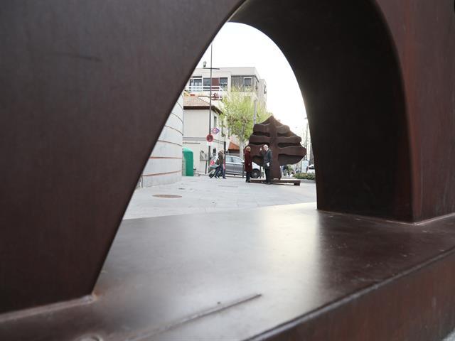 Siete esculturas gigantes de la Fundación Méjica se exponen en la calle frente a la Fábrica de Harinas