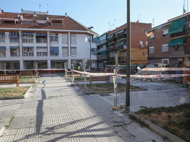 El Ayuntamiento lleva a cabo mejoras en la cubierta y el aparcamiento de la calle Fuenlabrada