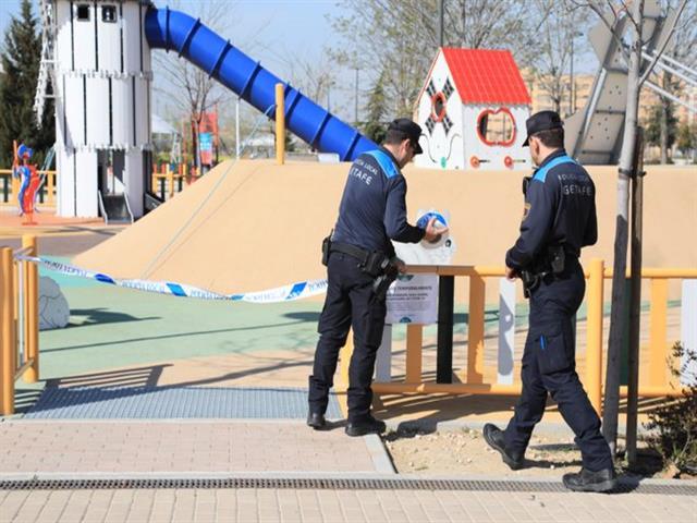 El Ayuntamiento de Getafe ha ordenado la retirada de las terrazas de los bares de la vía pública, ha suspendido el mercadillo municipal, el acceso a las pistas de uso libre, a parques, zonas infantiles, zonas de ejercicios biosaludables y workout