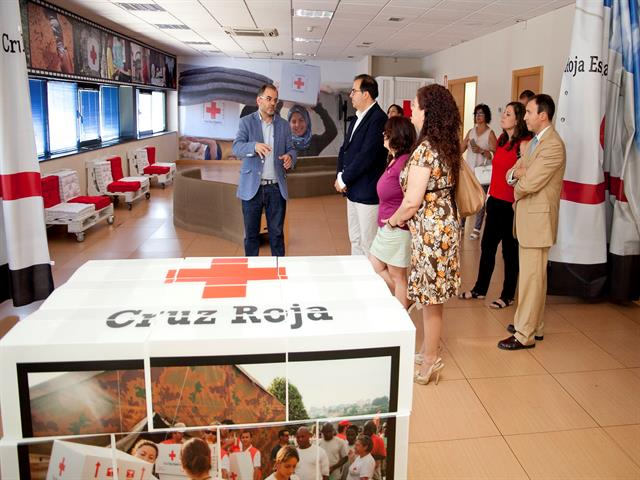 Santiago Llorente alaba el trabajo de Cruz Roja en la visita al Centro Logístico de Leganés, preparado para atender emergencias de todo el mundo