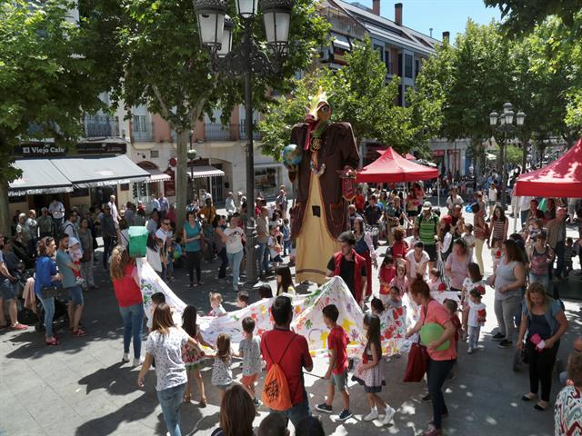 El Ayuntamiento de Leganés recibe el reconocimiento de Unicef como 'Ciudad amiga de la infancia' en la celebración de la fiesta 'A hombros de gigantes'