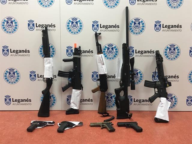 Policía Local requisa 9 armas de aire comprimido que eran transportadas por 4 jóvenes en el interior de un maletero
