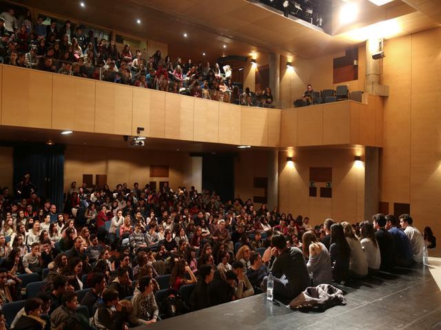 500 alumnos reflexionan sobre el acoso escolar, el respeto y la tolerancia en un coloquio con los actores de 'Punk Rock'