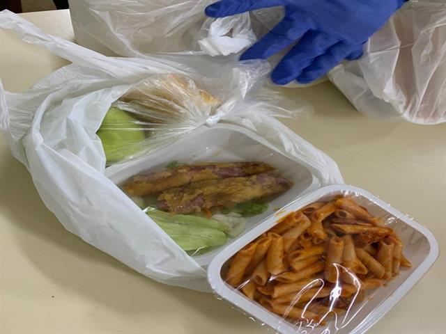 Comienza el reparto de 2.000 comidas diarias que el Ayuntamiento entregará a menores con becas comedor y a las personas más vulnerables de Leganés durante la crisis del Coronav¡rus