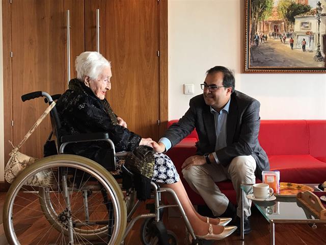 Santiago Llorente recibe a Josefa Estévez, vecina de Leganés que cumple 103 años