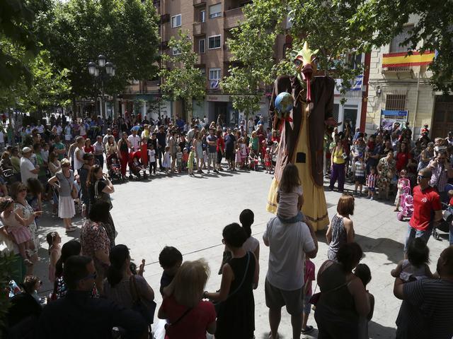 La dragona Gaya recogió más de 300 chupetes de niños de Leganés durante la fiesta 'A hombros de gigantes'