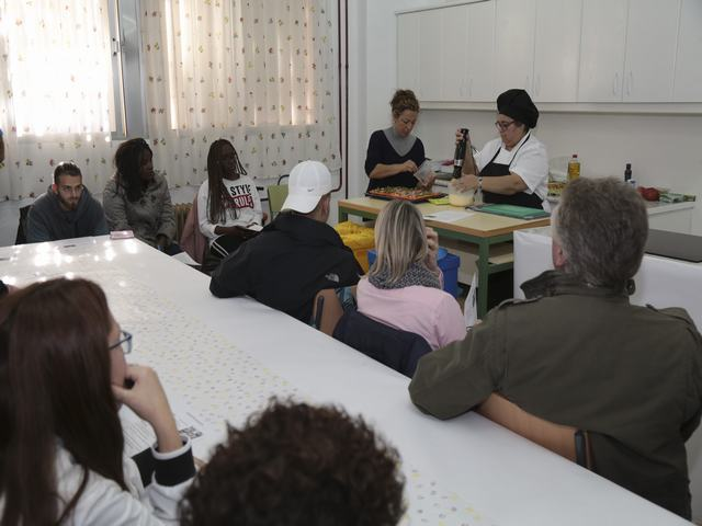 Un taller de cocina del Ayuntamiento de Leganés enseña a los alumnos a reciclar los envases y a no desperdiciar la comida