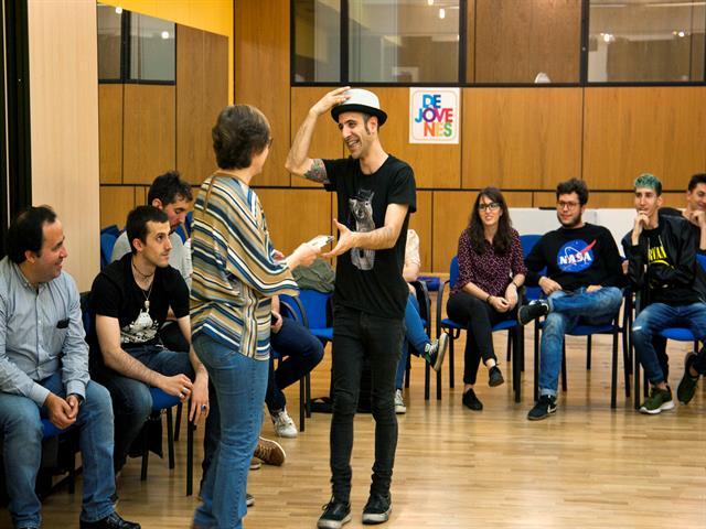 Elena Ayllón entrega las maquetas a los grupos que han grabado en un estudio profesional gracias al programa Dejóvenes