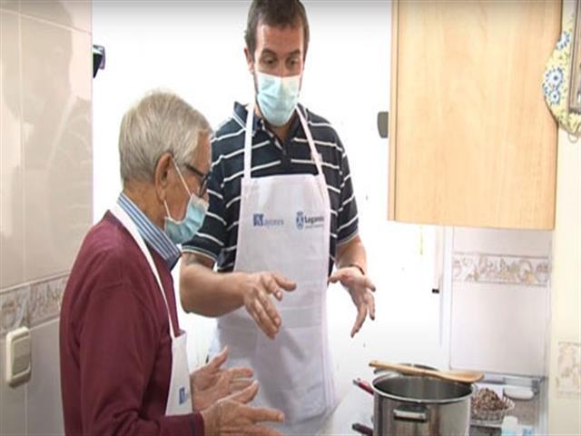 'Academia Mayorchef', un programa del Ayuntamiento de Leganés que enseña a cocinar, realizar la compra y planificar la economía doméstica a hombres mayores que se encuentran solos