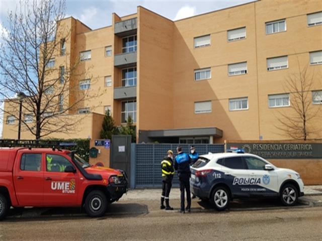 Policía Local y efectivos de la UME visitan las residencias de mayores de Leganés para comprobar la situación de los usuarios y profesionales