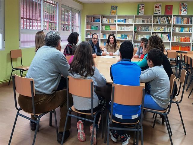El alcalde y los concejales de Educación y Obras se reúnen con los directores de los primeros colegios públicos en los que comenzarán las obras de sustitución de persianas y ventanas