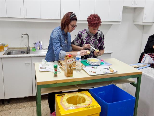 Vecinos de Leganés aprenden a cocinar sin desperdiciar alimentos en los talleres del Ayuntamiento y Ecoembes