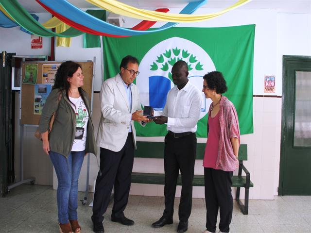 Santiago Llorente felicita al profesorado del CEIP Calderón de la Barca que desarrolla el proyecto 'Una aldea llamada Wandie'