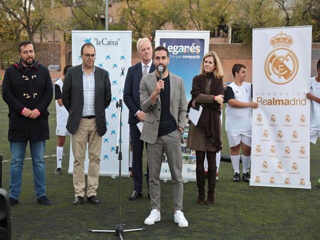 Dani Carvajal visita la Escuela sociodeportiva de la Fundación Real Madrid en Leganés