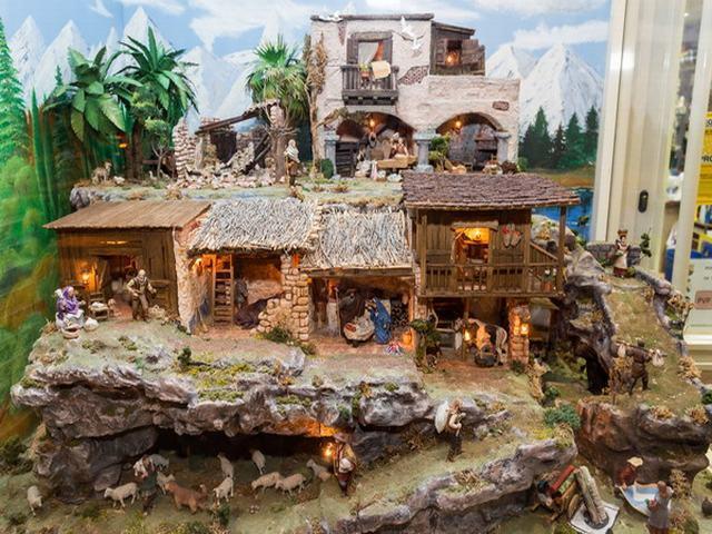 Torrejón de Ardoz acoge el Portal de Belén de la Plaza Mayor con figuras artesanales de alta calidad y gran tamaño, además de otras muestras de belenes que se encuentran en el Ayuntamiento, el Museo de la Ciudad y la Casa de la Cultura