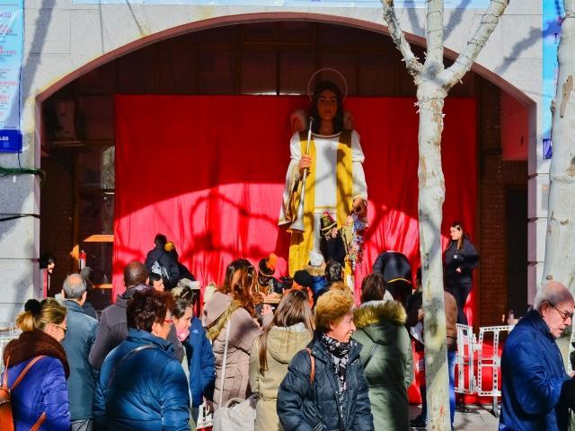 El ángel Raguel, de la Comparsa de Gigantes y Cabezudos de Torrejón, ha recogido en la Plaza Mayor, los chupetes de los niños y niñas para entregárselos a los Reyes Magos