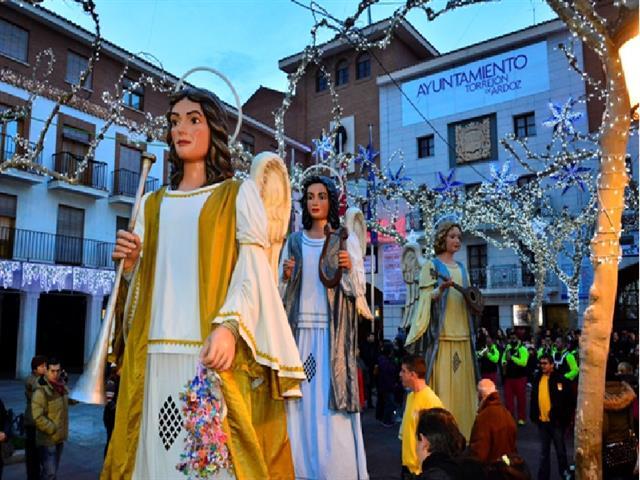 Hoy martes 2, mañana miércoles 3 y el jueves 4 de enero, la Plaza Mayor de Torrejón de Ardoz acoge la actuación de los únicos Ángeles Navideños Gigantes de España, que anuncian la llegada de los Reyes Magos y una Caravana de Camellos