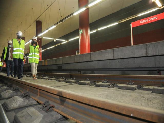 Vecinos afectados por vibraciones del tren visitan las obras de ADIF que les pondrá solución